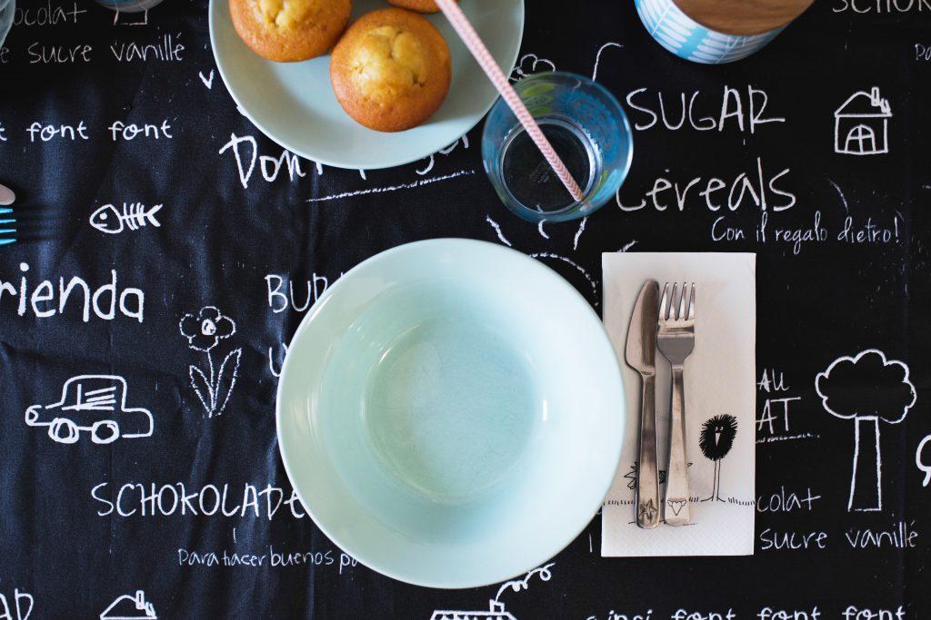 Foto del piatto dall'alto con tavola apparecchiata.